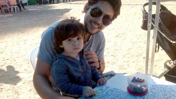 Pietro Manosso, de 1 ano, estava bem contente com o passeio ao lado do tio Daniel. (Foto: Divulgação/RPC)