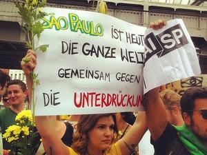 Brasileiros fazem manifestação neste domingo (16), em Berlim (Foto: Juliana Rebelo Doraciotto/Arquivo pessoal)