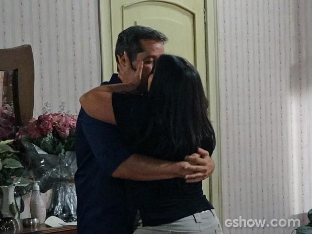 Cacá ainda ganha beijo de Rita para comemorar (Foto: Além do Horizonte/TV Globo)
