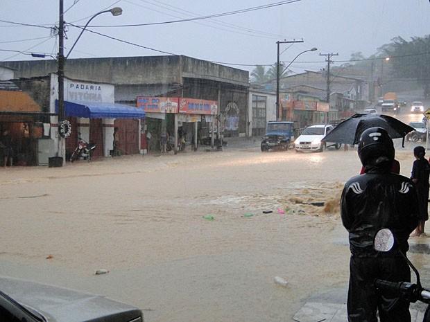 Chove forte desde a tarde em Itamaraju, no extremo sul da Bahia (Foto: Danuse/Itamaraju Notícias)