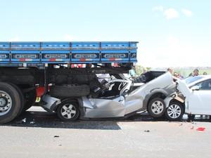 Veículo entrou embaixo de caminhão e motorista conseguiu sair ileso na Washington Luís, em São Carlos (Foto: Maurício Duch/Arquivo Pessoal)