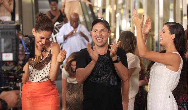 Fly entre Camila Pitanga e Isis Valverde durante as gravações da campanha de fim de ano (Foto: João Cotta/ TV Globo)