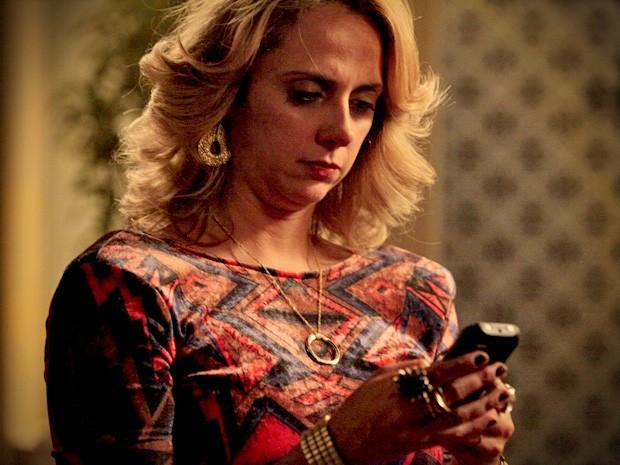 Ivana descobre fotos de NIna no celular do irmão. E agora? (Foto: Avenida Brasil/TV Globo)