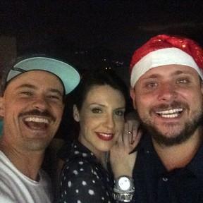 Paulo Vilhena e Camila Rodrigues com o produtor Leo Fuchs em festa no Rio (Foto: Instagram/ Reprodução)