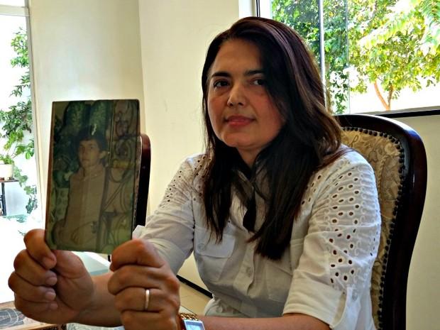 Irene Ximenes com a foto de seu irmão, morto há 10 anos em um hospital psiquiátrico no Ceará (Foto: Valdir Almeida)