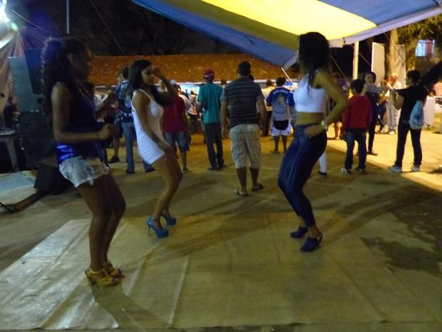 Ensaios da escola fazem a comundiade cair no samba (Foto: Fernando Castro/ G1)