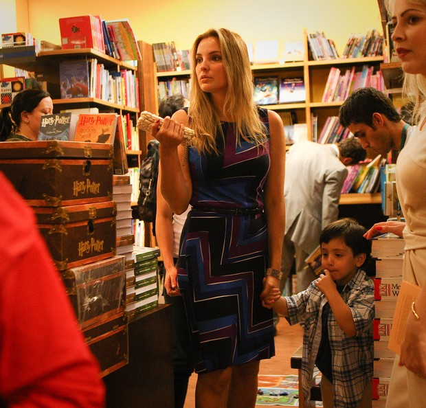 Marcela Temer e o filho, Michel, no lançamento do livro de poemas Anômia Intimidade, escrito por Michel Temer, em 2003, em São Paulo (Foto: Zanone Fraissat/Folhapress)