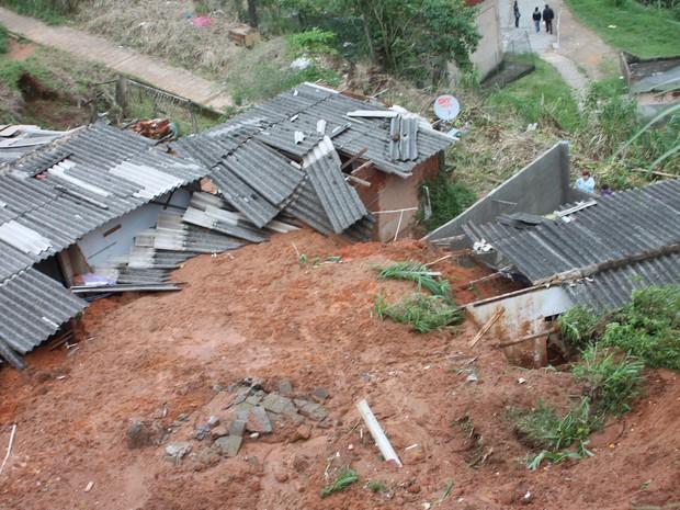 Barranco cedeu e soterrou grande parte da casa (Foto: Felipe Carvalho)