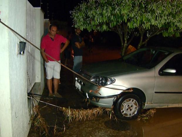 Veículo é amarrado em rua de Valinhos para não ser levado pela enxurrada (Foto: Reprodução EPTV)