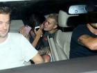 Justin Bieber sai acompanhado de festa e troca carinhos com morena