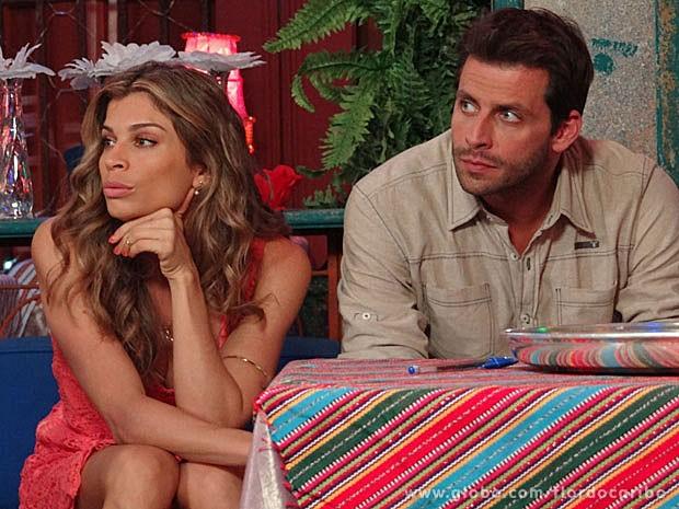Grazi e Henri esperam para gravar cenas de Cassiano e Ester (Foto: Flor do Caribe / TV Globo)