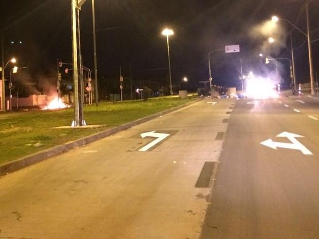 Barreira com objetos queimados na Avenida Moab Caldas, na Vila Cruzeiro, em Porto Alegre (Foto: Fábio Almeida/RBS TV)