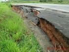 Parte de acostamento desaba na BR-459, em Ipuiúna, MG