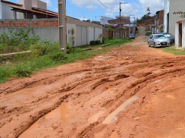 Quando chove a lama invade algumas casas do loteamento  (Foto: Marina Fontenele/G1 SE)