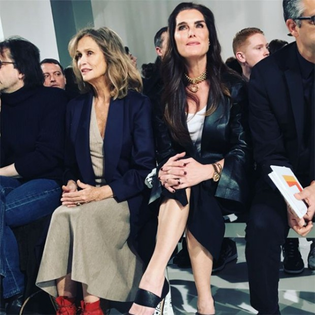 Lauren Hutton and Brooke Shields at Calvin Klein's Autumn/Winter 2017 runway show (Foto: @suzymenkesvogue)