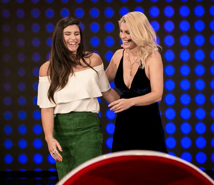Giulia Costa e Flávia Alessandra no palco do 'Tamanho Família' (Foto: Isabella Pinheiro / Gshow)