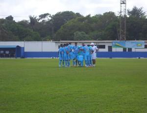 Antes do início do coletivo, o técnico Lecheva reuniu os jogadores para uma conversa (Foto: Divulgação/ Ascom Paysandu)