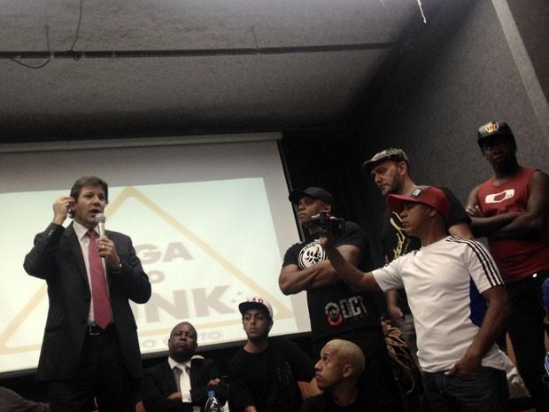 Em encontro com MCs, prefeito Fernando Haddad promete promover cultura funk em São Paulo (Foto: Caio Kenji/G1)
