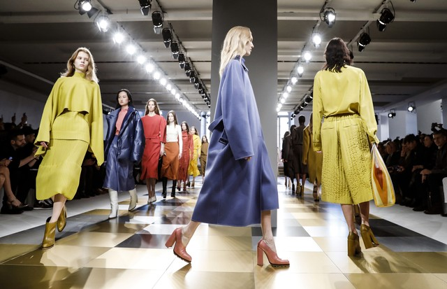 MILAN, ITALY - FEBRUARY 25:  Models walk the runway at the Jil Sander show during Milan Fashion Week Fall/Winter 2017/18 on February 25, 2017 in Milan, Italy.  (Photo by Tristan Fewings/Getty Images) (Foto: Getty Images)