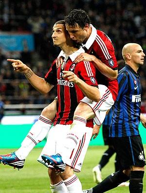 Ibrahimovic comemora gol do Milan contra o Inter de Milão (Foto: AP)