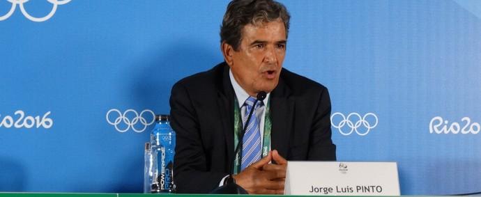 Jorge Luis Pinto elogia trabalha mesmo com o quarto lugar (Foto: Maurício Paulucci)