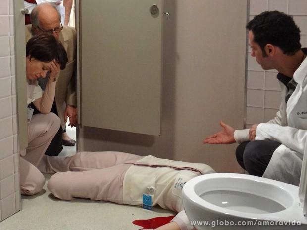 Pérsio sugere que Elenice tenha sido empurrada (Foto: Amor à Vida / TV Globo)