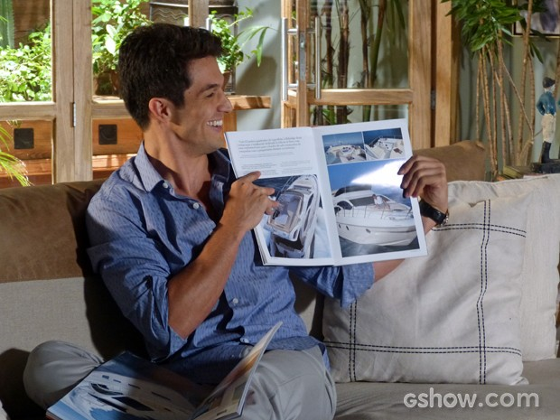 Álvaro mostra seu objeto de desejo (Foto: Além do Horizonte/TV Globo)