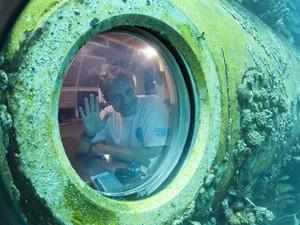 Fabien Cousteau posa para foto dentro de laboratório submerso nas águas de Key Largo, em 24 de junho (Foto:  AP Photo/Wilfredo Lee)