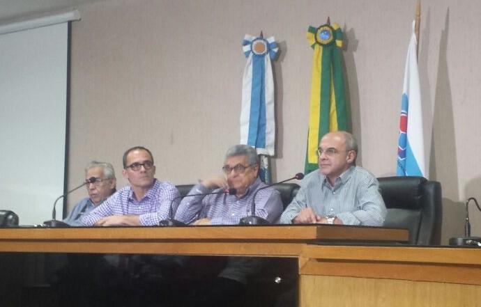 Representantes dos clubes em reunião na Ferj (Foto: Bruno Giufrida)