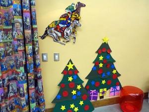 Essa árvore de Natal de felcro é ótima para ser feita junto com a criançada (Foto: Larissa Moggi / Gshow)
