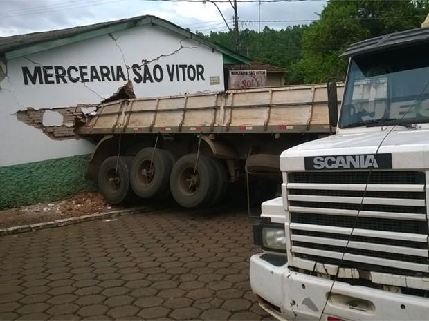 Filha do dono da mercearia conta que percebeu que o caminhão perdeu o freio e avisou clientes (Foto: Polícia Militar/Divulgação)