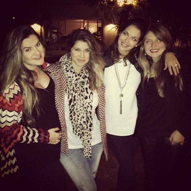 Mirella Santos e Danielle Souza com amigas em restaurante em São Paulo (Foto: Instagram/ Reprodução)