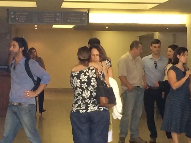 Xuxa Lopes, ex-mulher de Cláudio Marzo, recebe o carinho de amigos (Foto: Matheus Rodrigues/G1)