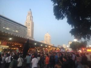 Centenas de pessoas marcharam pelas ruas do Centro do Rio em protesto contra o valor das passagens (Foto: Daniel Silveira / G1)