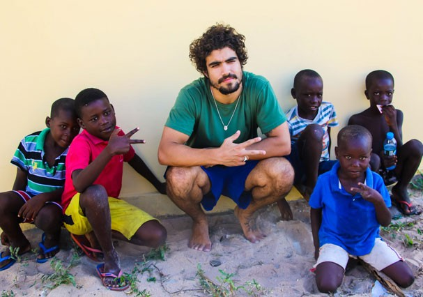 Caio Castro visita projetos sociais em Luanda, na Angola (Foto: Platina Line)