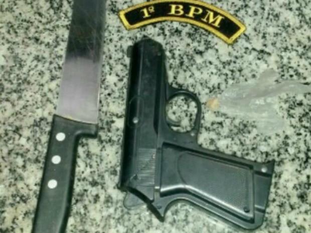 Com o grupo a polícia apreendeu uma faca e uma arma de brinquedo (Foto: Divulgação/ Polícia Militar)