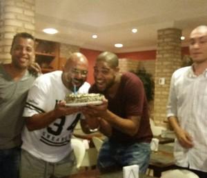 adriano comemora aniversario de um amigo na zona sul do rio (Foto: Globoesporte.com)