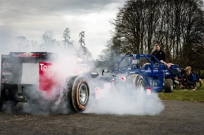 Daniel Ricciardo acelera carro da RBR e jogadores de rugby tentam fazer resistência