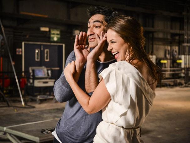 Zeca Camargo e Paolla Oliveira se divertem fazendo percussão com o corpo (Foto: Raphael Dias / TV Globo)