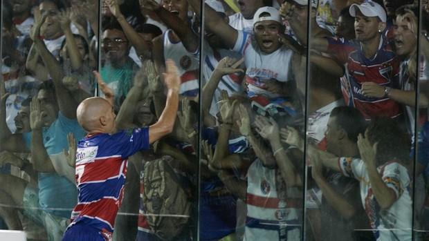 Lucas comemora com torcida terceiro gol do Fortaleza - Fortaleza x Horizonte Campeonato Cearense (Foto: Kiko Silva/ Agência Diário)