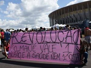 Mensagem critica gastos feitos no Estádio Nacional no DF (Foto: Vianey Bentes/TV Globo)