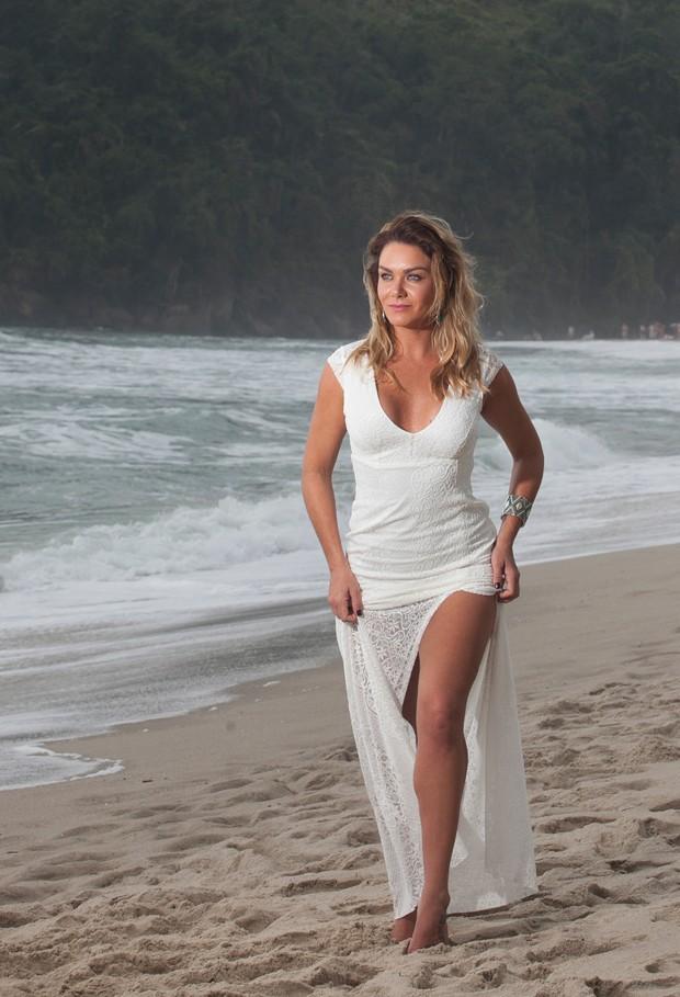 Luize usa vestido Zami Concept, brincos Hadora e bracelete Zami Concept (Foto: Marcos Rosa/Editora Globo)