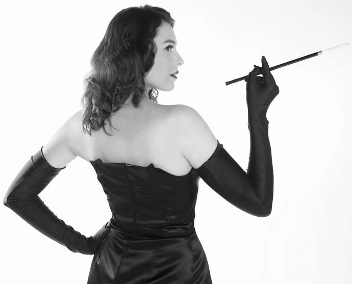 Monica Iozzi posa com figurino inspirado em clássico do cinema  (Foto:  Inácio Moraes / Gshow)