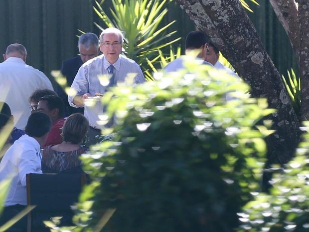 O ex-presidente da Câmara, deputado Eduardo Cunha, promove churrasco para funcionários e seguranças na residência oficial, em Brasília (Foto: André Coelho/Agência O Globo)