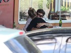 Juliana Didone almoça com o namorado em restaurante no Rio