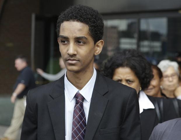 Robel Phillipos deixa o tribunal nesta sexta-feira (13) em Boston (Foto: AP)