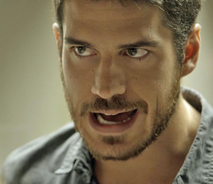 Dante pressiona Kiki a contar tudo que sabe sobre a facção (Foto: TV Globo)
