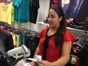 Gigliane Lopes é gerente de loja em Porto Velho e diz que, apesar da inadimplência alta, o consumidor está buscando quitar velhas dívidas (Foto: Toni Francis/G1)
