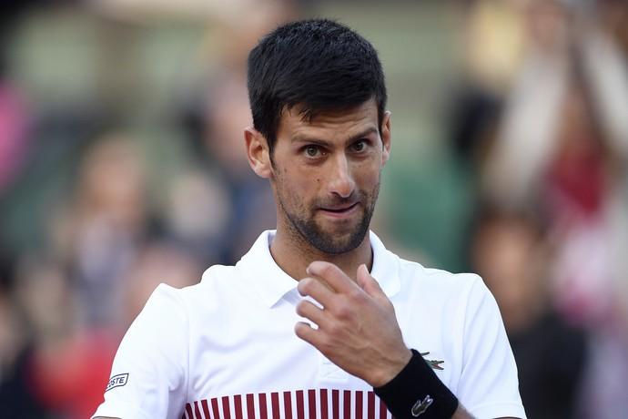 Djokovic conseguiu fechar jogo a tempo e enfrentará Dominic Thiem por semifinal em Roland Garros (Foto: Eric FEFERBERG / AFP)