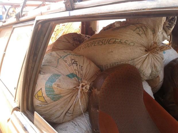Polícia Militar recuperou as 13 sacas roubadas de fazenda em Campo do Meio (MG). (Foto: Polícia Militar)